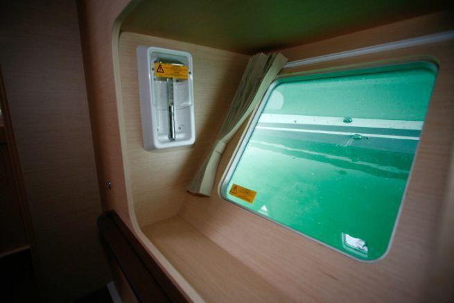 Boccaporto di sopravvivenza su un catamarano Lagoon 400