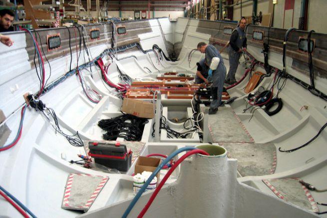 Barca a vela in costruzione a Bénéteau