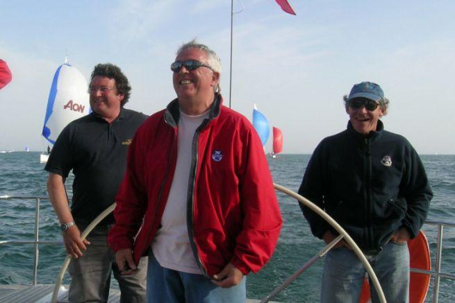Laurent Tilleau al centro (in rosso), circondato da Philippe Poupon, Gérard Dupuy e Jean-Yves Furic a bordo della Grand Soleil Race 45