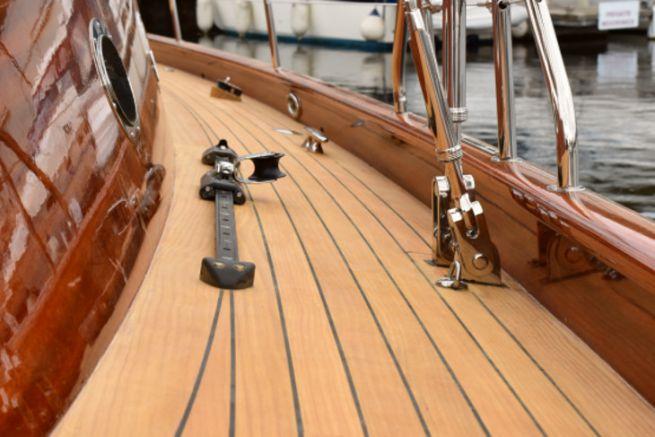 Lignia Yacht, un rivestimento di coperta in pino di Monterey, un'alternativa al teak
