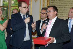 Gilles Wagner, président de Privilège Marine reçoit le prix Etienne Marcel des mains d'Antoine Boulay de Bpifrance