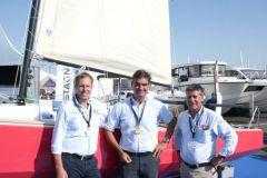 Christophe Chancerelle (al centro) e il team di vendita Marine Composite davanti al Bihan 6.50