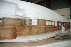 Produzione di barche a vela in uno stabilimento di Bénéteau