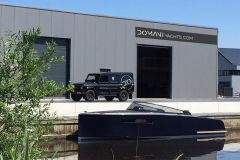 La barca a motore Domani E32 di Domani Yachts davanti al nuovo stabilimento di Drachten